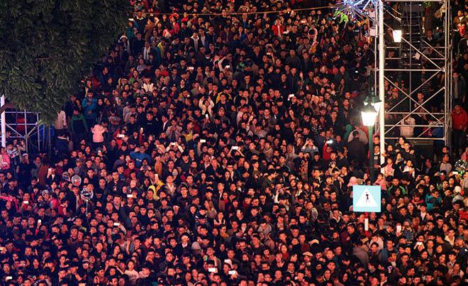 Nghẹt thở dòng người đổ về trung tâm Thủ đô chờ đếm ngược đón năm mới - 9