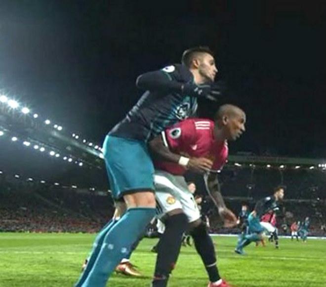MU hòa như thua: Mất 2 trò cưng, Mourinho vẫn khen trọng tài 2