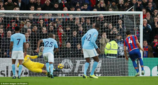Man City thoát thua may mắn: Tan mộng kỉ lục, Pep lo ngay ngáy 2