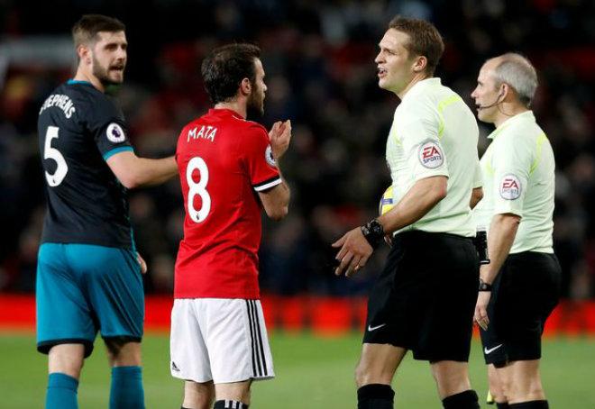 """Thuyết âm mưu: MU bị Chelsea soán ngôi vì trọng tài """"ám hại"""" Mourinho 1"""