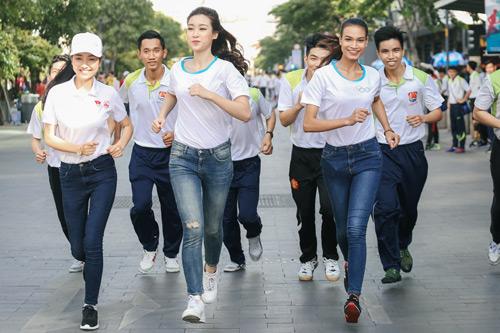 Hoa hậu Đỗ Mỹ Linh và Top 10 Kiều Vỹ rạng rỡ ở phố đi bộ Nguyễn Huệ - 2