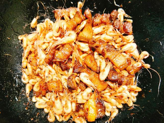 Tôm rang thịt ba chỉ giản dị mà trôi cơm