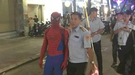 """Tranh cãi việc bắt """"người nhện"""" ở phố đi bộ Nguyễn Huệ - 1"""