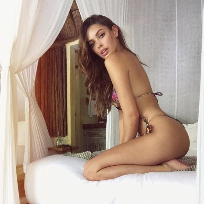 Ngoài công việc là một người mẫu, Melody cùng một người bạn mở trang web kinh doanh đồ tắm.