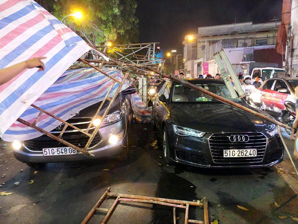 Giàn giáo đổ ra phố SG đè nhiều phương tiện, cả trăm người bạt vía - 2