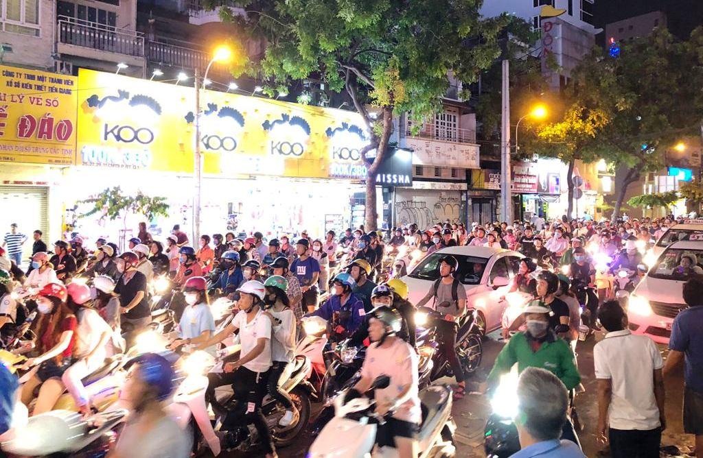 Giàn giáo đổ ra phố SG đè nhiều phương tiện, cả trăm người bạt vía - 5