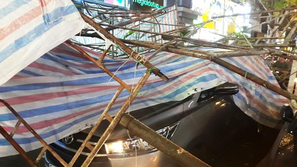 Giàn giáo đổ ra phố SG đè nhiều phương tiện, cả trăm người bạt vía - 3