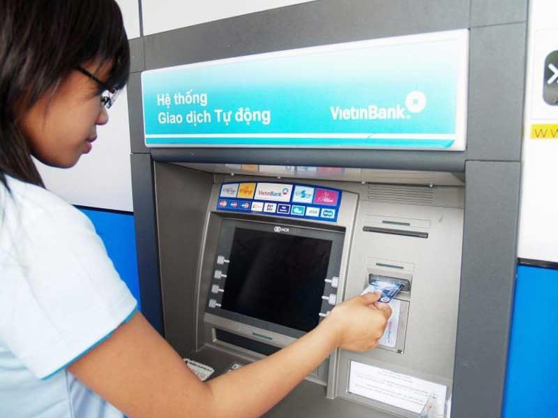 Hoa mắt với 'rừng' phí dịch vụ ngân hàng - 1