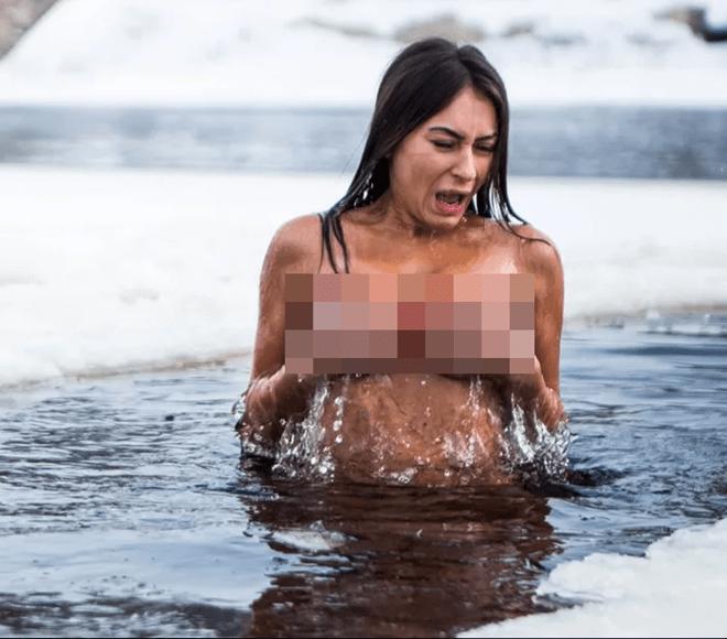 """Người phụ nữ đắm mình trần trong sông băng để trông """"trẻ trung"""" hơn. - 3"""