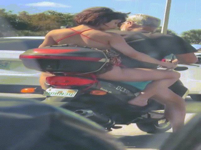 """Cư dân mạng dậy sóng với clip cô gái """"cạo lông chân trên xe máy"""""""