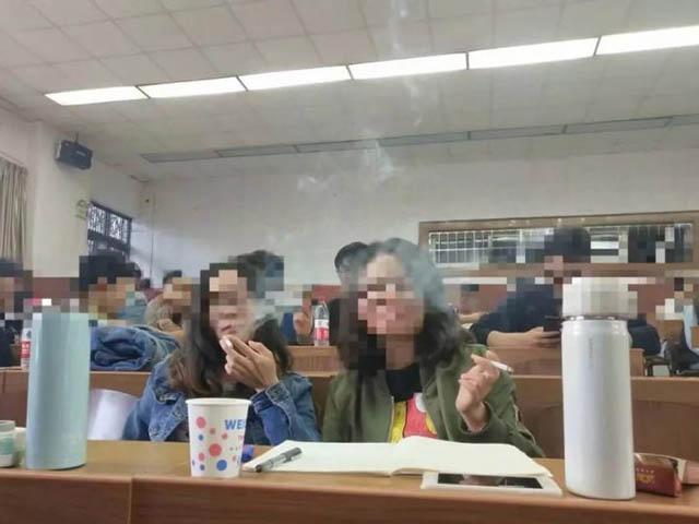 Lớp học gây tranh cãi vì cho phép sinh viên hút thuốc lá trong giờ