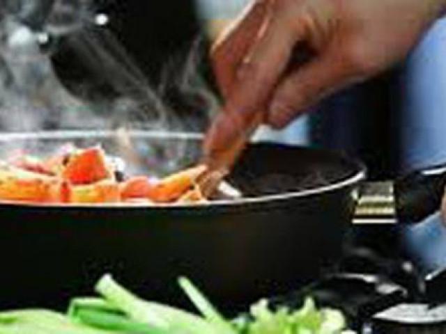 Nấu mọi thứ với cùng một loại dầu, sai lầm trong nấu nướng mà chuyên gia khuyên tránh