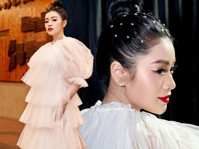 Sao mai Nguyễn Thu Hằng đẹp sắc sảo quyến rũ khi diện áo dài lạ mắt
