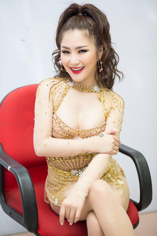 """Hương Tràm lại mặc """"bạo"""", khoe dáng vóc thanh nữ tuổi 21 - 3"""