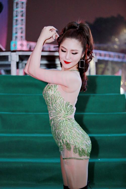 """Hương Tràm lại mặc """"bạo"""", khoe dáng vóc thanh nữ tuổi 21 - 6"""