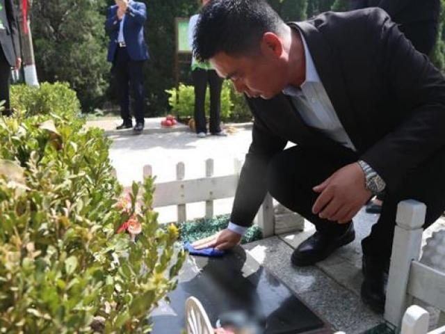 Trung Quốc: Đi tảo mộ 30 phút, check-in tại nghĩa trang, đút túi ngay cả triệu mỗi ngày