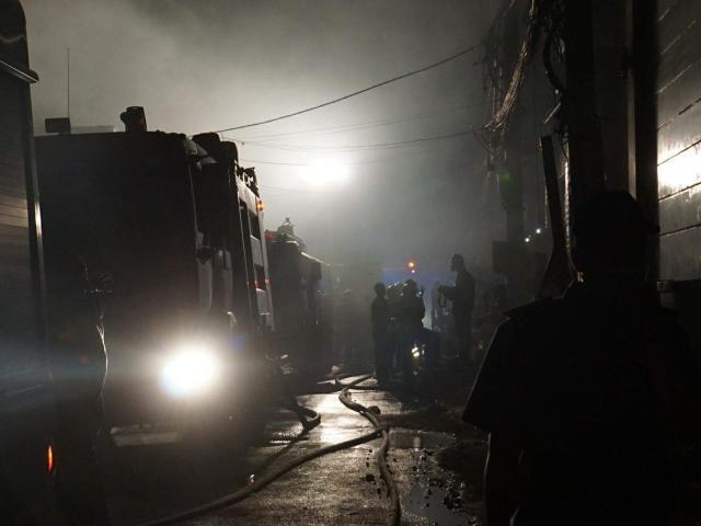 Hàng trăm lính cứu hỏa vật lộn với đám cháy xưởng bánh kẹo rộng gần 2.000m2