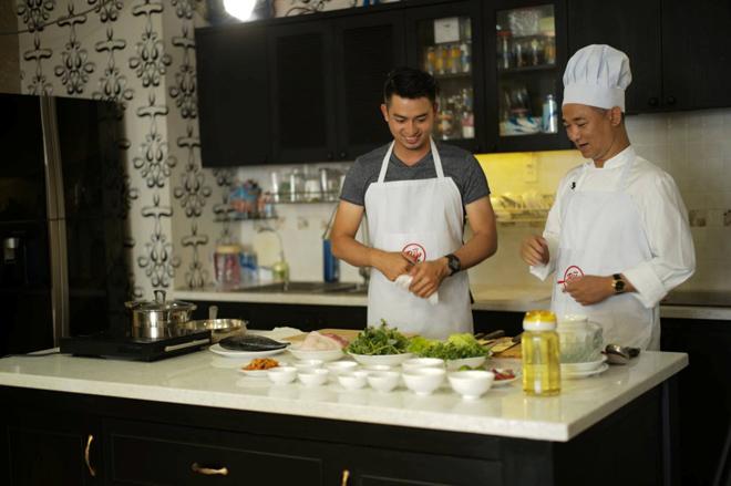 Đầu bếp Phạm Tuấn Hải vào bếp cùng siêu mẫu - 1