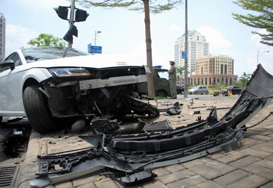 Né xe máy, xe thể thao Audi bị đâm nát đầu tại Sài Gòn - 2