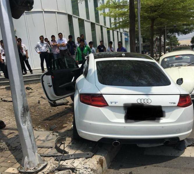 Né xe máy, xe thể thao Audi bị đâm nát đầu tại Sài Gòn - 4