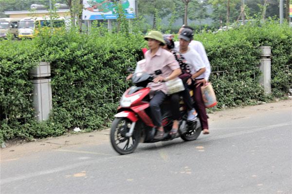 Dịch vụ xe ôm, gánh lễ kiếm bộn tiền tại Lễ hội Đền Hùng - 2