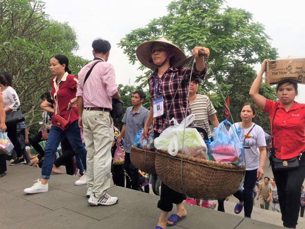 Dịch vụ xe ôm, gánh lễ kiếm bộn tiền tại Lễ hội Đền Hùng - 3