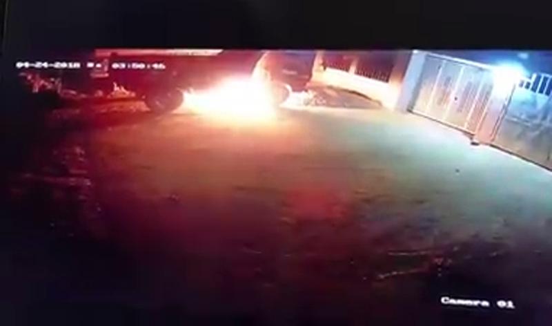 Truy tìm kẻ bịt mặt trong clip đốt ô tô, nổ súng bắn vào nhà dân - 2