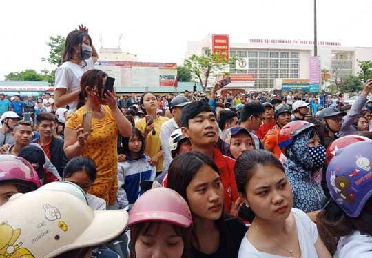 """Hàng trăm người dân vây kín ngôi nhà nghi tụ điểm """"Hội thánh Đức Chúa Trời Mẹ"""" - 4"""