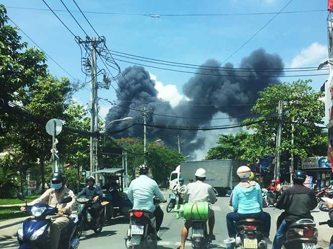 Cháy dữ dội ở xưởng sản xuất mút xốp quận 12 - 1