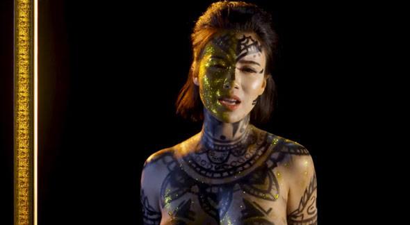 Bộ đồ vẽ cơ thể của hot girl Linh Miu trong MV mới có thực sự phản cảm? - 3