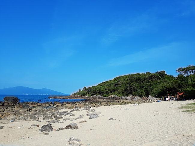 Khám phá bãi biển đẹp nao lòng dưới chân đèo Hải Vân