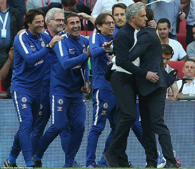Chelsea hạ MU vô địch FA Cup: Tân vương vỡ òa, Conte ôm Mourinho ăn mừng - 7