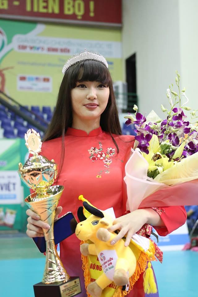 Nữ thần bóng chuyền đẹp nhất thế giới đến VN ẵm luôn giải Hoa khôi - 10