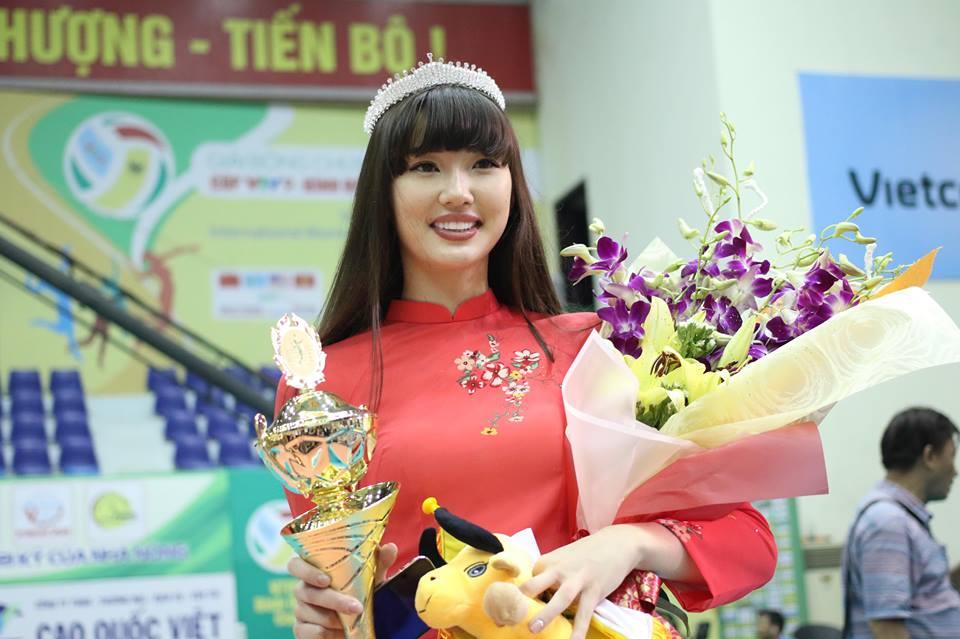 Nữ thần bóng chuyền đẹp nhất thế giới đến VN ẵm luôn giải Hoa khôi - 11