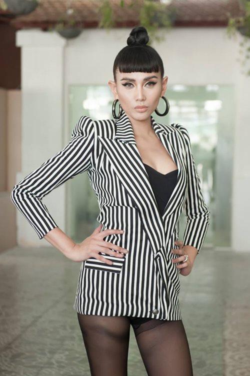 Võ Hoàng Yến diện áo ngắn cũn lộ quần tất rách - 2
