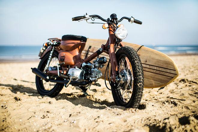 Huyền thoại Honda Super Cub hóa xế đi biển cực chất - 1