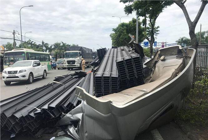 Xe container bay đầu sau cú phanh gấp, quốc lộ 1A kẹt xe kinh hoàng - 1