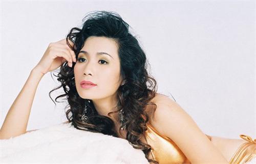 Á hậu Trịnh Kim Chi: Giờ hoa hậu như một nghề mà lại là nghề hái ra tiền - 1
