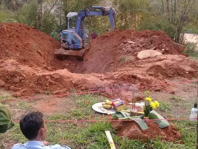 Bàng hoàng phát hiện thi thể người phụ nữ đang phân hủy dưới giếng bị lấp