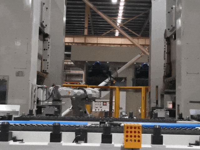 """""""Công nhân robot"""" áp đảo trong nhà máy sản xuất máy lạnh lớn nhất thế giới"""