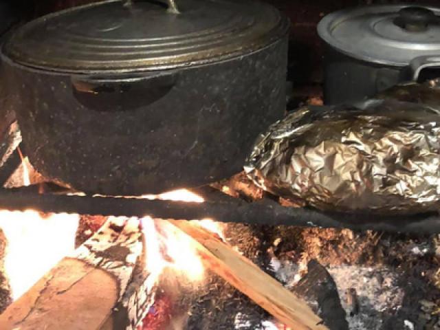 Nhớ thương mùi khói, chồng chiều vợ làm gian bếp củi giữa lòng phố thị