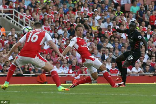 Arsenal bại trận: Còn bao nhiêu thời gian cho Wenger - 1