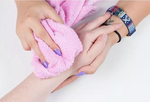2 bước chăm sóc móng tay đẹp tự nhiên với dầu nóng - 4