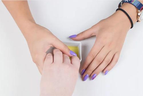 2 bước chăm sóc móng tay đẹp tự nhiên với dầu nóng - 5