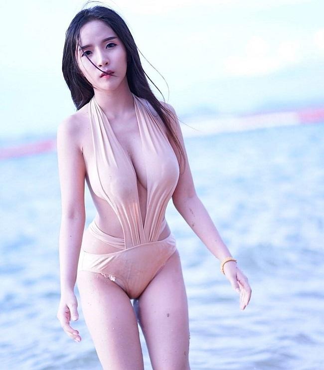 Người mẫu trẻ gây chú ý khi xuất hiện trên bãi biển với kiểu mốt này.