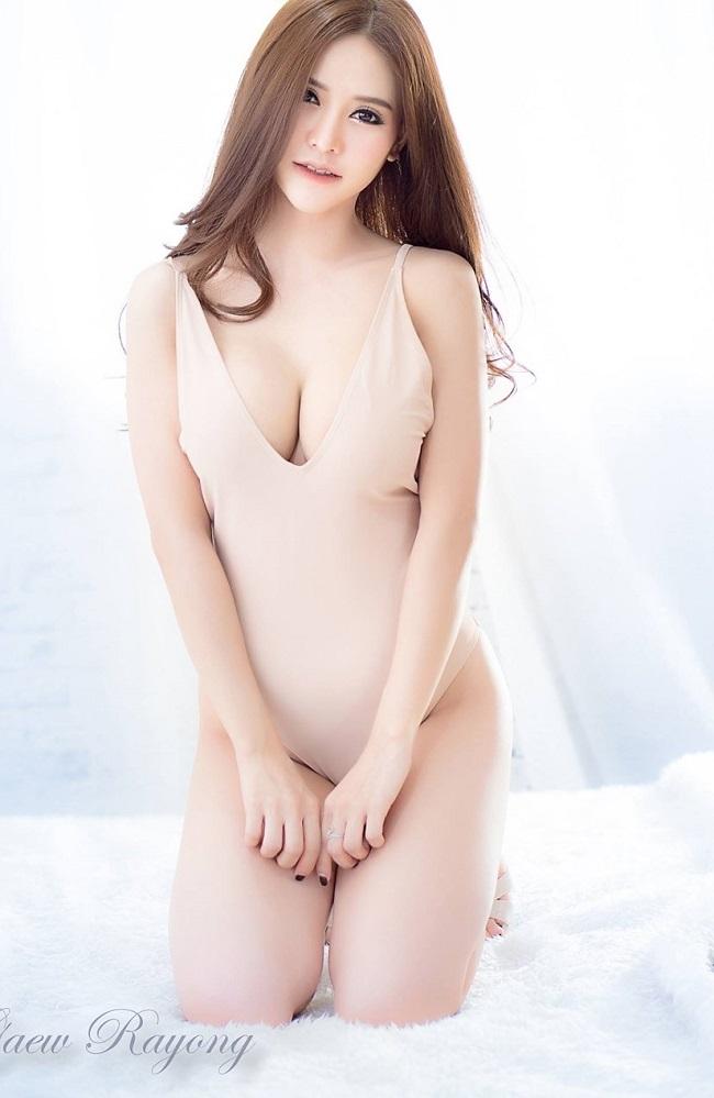 Một cô gái châu Á được khen ngợi hết lời khi khoe dáng với áo tắm một mảnh.