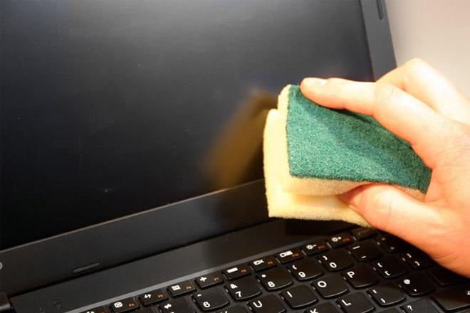 Lau chùi màn hình máy tính xách tay sao cho đúng cách? - 2
