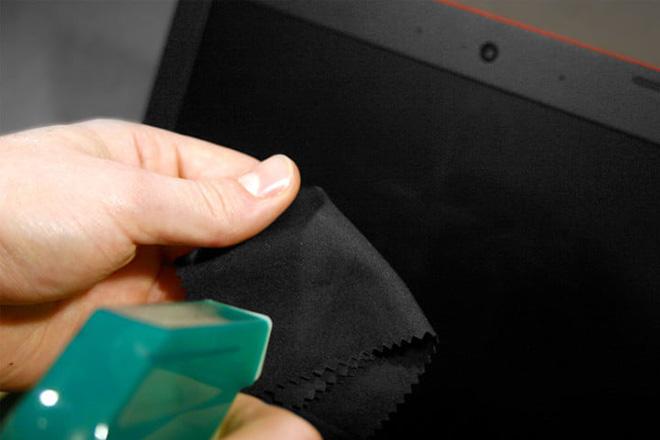 Lau chùi màn hình máy tính xách tay sao cho đúng cách? - 3