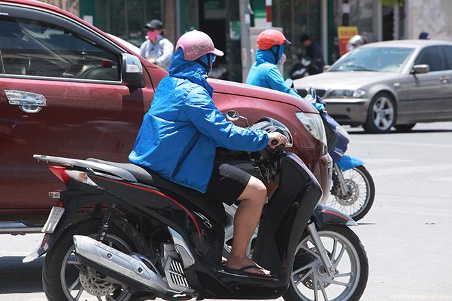 Đàn ông mặc áo rét để chống lại nắng nóng như đổ lửa ở HN - 4