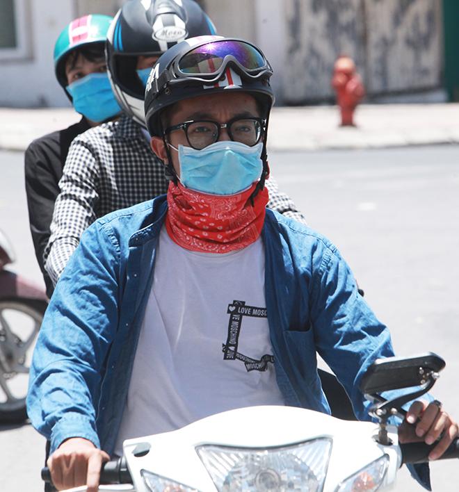 Đàn ông mặc áo rét để chống lại nắng nóng như đổ lửa ở HN - 8